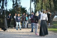 Joves realitzadors ampostins roden un curt de cinema mut per la Festa del Mercat a la Plaça.
