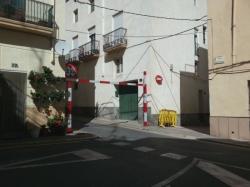 Les entrades a diversos carrers del casc antic d'Amposta es limiten amb pòrtics de gàlib màxim