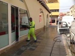 Campanya de xoc per netejar els xiclets enganxats a les voreres de la ciutat d'Amposta