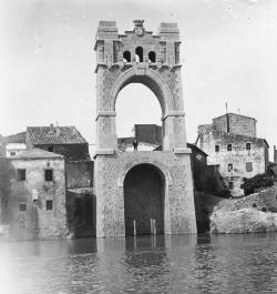 El pont penjant d�Amposta compleix cent anys des de la col�locaci� de la primera pedra