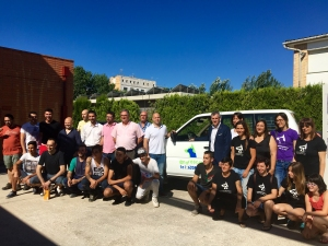 Alumnes de l´IES Montsià recuperen un antic vehicle de la Policia Local per a l´Associació Engrescats