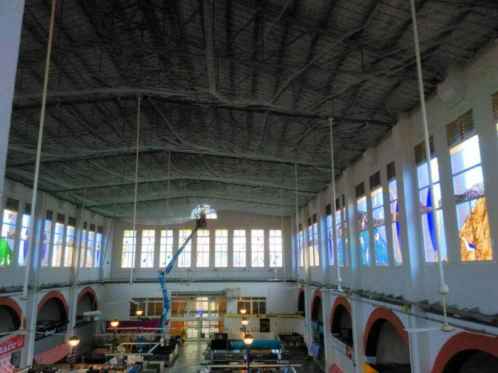 L´Ajuntament instal·la una xarxa protectora al sostre del Mercat Municipal
