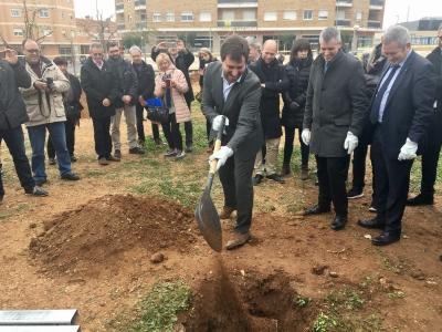 El conseller de Salut, Antoni Comín, posa la primera pedra del futur CAP Amposta